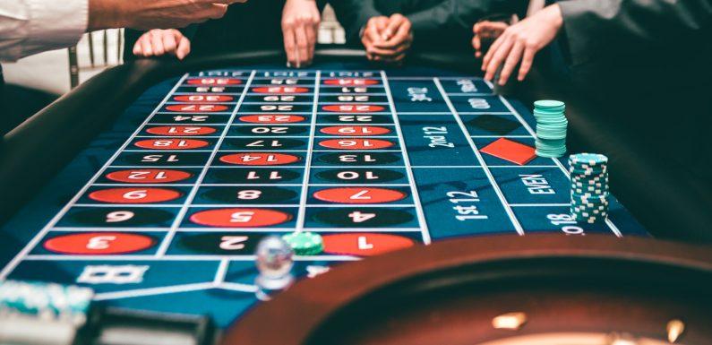 Tiešsaistes kazino pret bezsaistes kazino